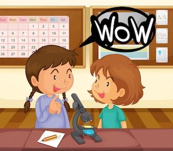 Twee meisjes kijken naar microscoop in de klas