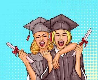 Twee pop art-opgewonden meiden studeren de student af in een afstudeerkap en mantel met een universiteitsdiploma in hun handen