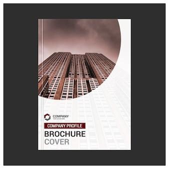 Witte zakelijke brochure met rode details