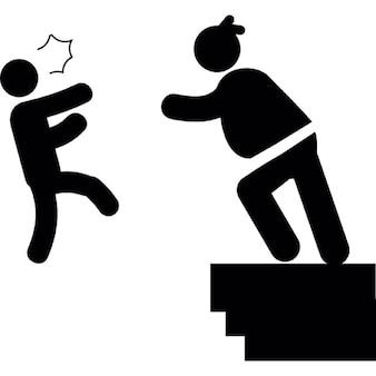 Kobieta rzuca mężczyznę od granicy budowlanej