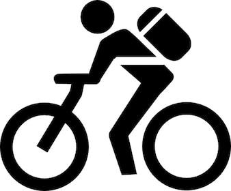 Mężczyzna z torbą w rowerze