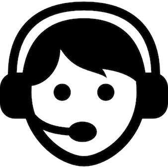 Pracownik call center z zestawu słuchawkowego