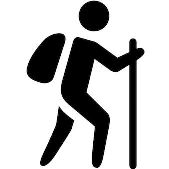 Trekkingu. mężczyzna z torbą i trzcinie