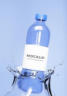 3d render niebieskiej butelki wody z bryzgami i makietą etykiety
