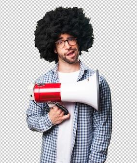 Afro młody człowiek trzyma megafon