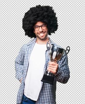 Afro młody człowiek, zdobywając trofeum