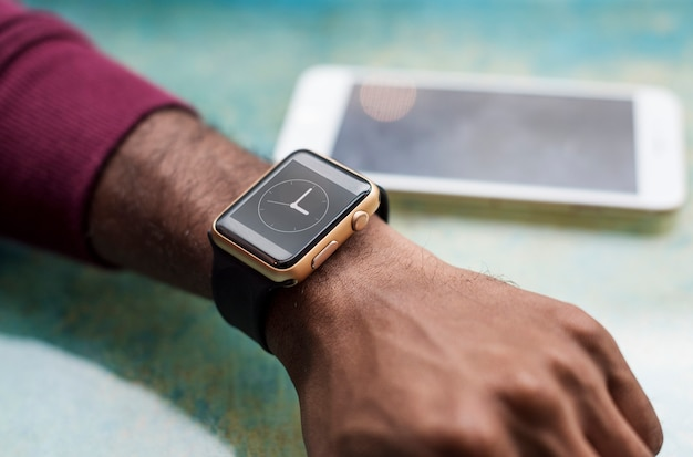 Afrykański mężczyzna jest ubranym smartwatch