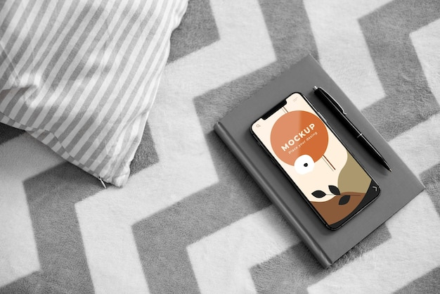 Agenda i telefon komórkowy w łóżku