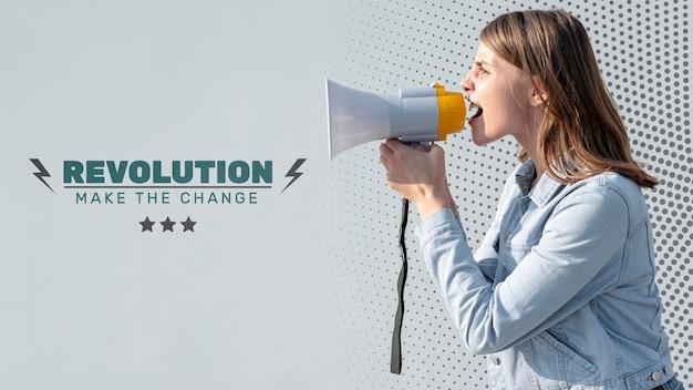 Aktywista krzyczy z megafonem
