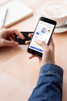 Aplikacja płatnicza na smartfonach wyświetla makiety