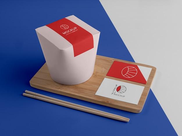 Aranżacja japońskiego fast foodu z makietą opakowania