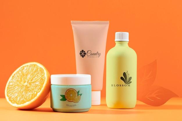 Aranżacja kosmetyków z pół pomarańczy