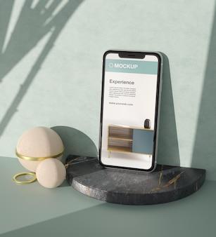 Aranżacja makiety smartfona z elementami kamiennymi i metalowymi
