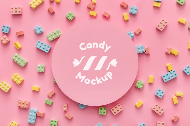 Aranżacja słodkich cukierków z makietą