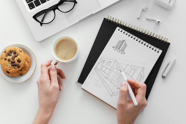 Aranżacja z makietą notatnika na biurku