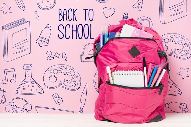 Aranżacja z różową torbą szkolną i zaopatrzeniem