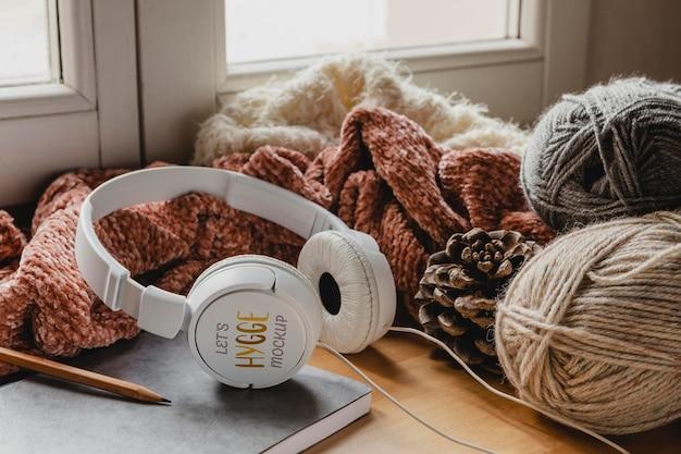 Aranżacja ze słuchawkami i nitką