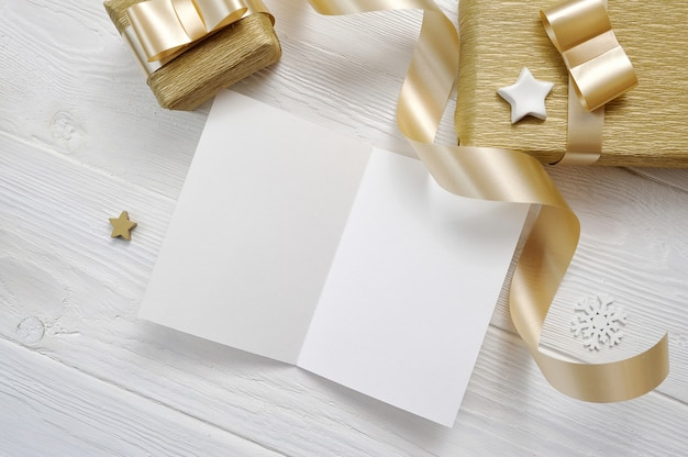Arkusz papieru makieta i dekorowanie świąteczny prezent