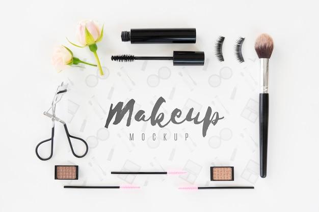 Asortyment flat lay zawierający produkty do makijażu