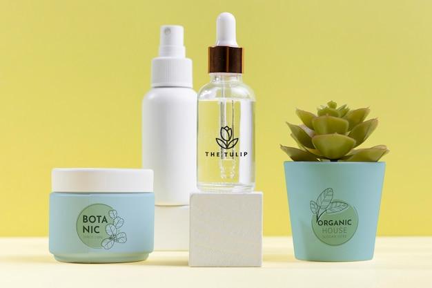 Asortyment kosmetyków naturalnych z rośliną