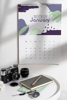 Asortyment makiety kalendarza ściennego w pomieszczeniu