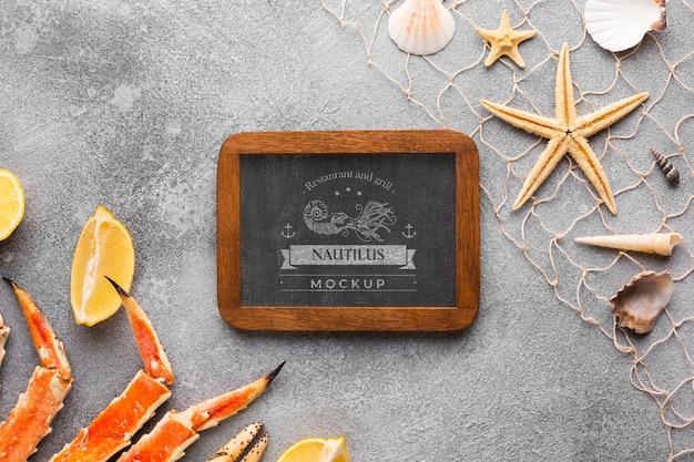 Asortyment owoców morza na płasko z makietą na tablicy