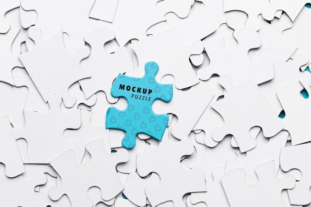 Asortyment produktów płaskich z białymi puzzlami