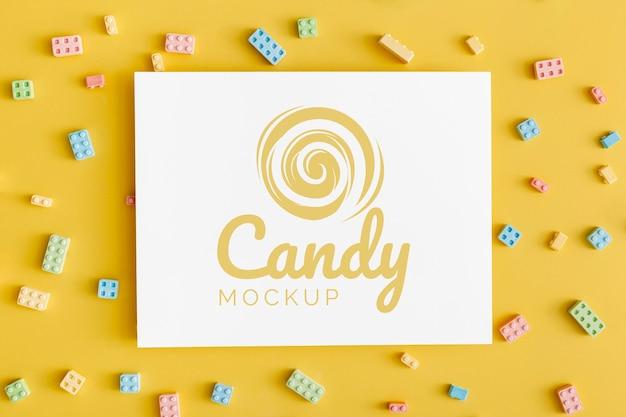 Asortyment słodkich cukierków z makietą