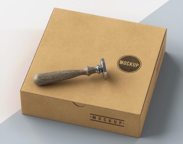 Asortyment wysokiego kąta pudełka z etykietą pieczątkową