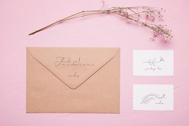Asortyment z kopertą i kwiatkiem