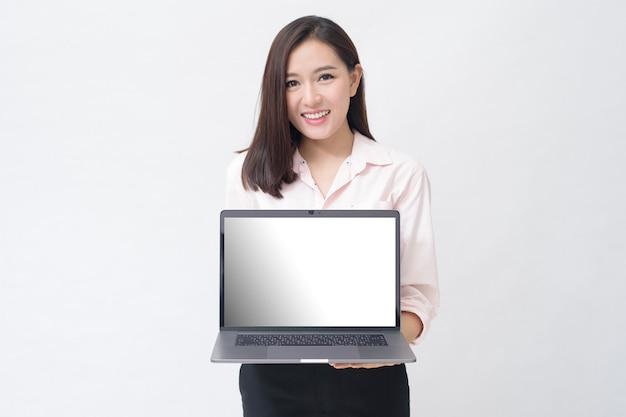Azjatycka kobieta trzyma laptopa na białym tle