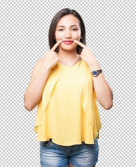 Azjatycka kobieta wskazuje jej usta