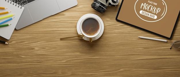 Badanie obszaru roboczego z makietą tabletu na drewnianym stole, renderowanie 3d, ilustracja 3d