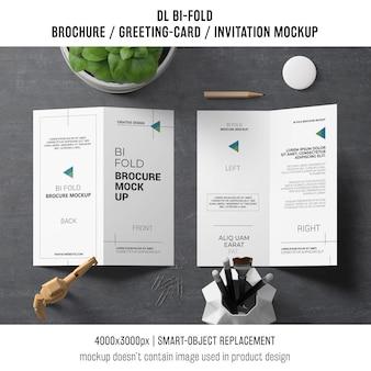 Bi-fold broszura lub zaproszenie makieta z koncepcją martwej natury