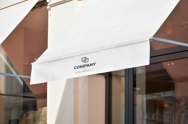 Biała markiza przed sklepem miejskim na tekst, makieta logo