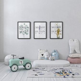 Biała prosta sypialnia dziecięca ze zdjęciami makiet w ramce