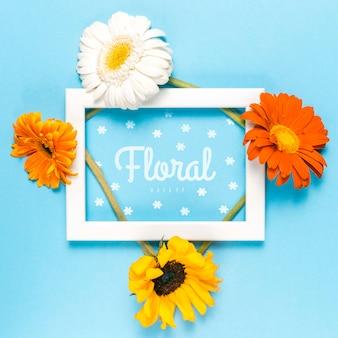 Biała ramka makieta z kolorowymi kwiatami