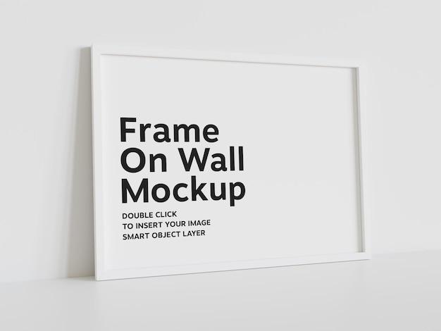Biała ramka oparta na ścianie makieta