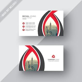Biała wizytówka z czerwonymi i czarnymi detalami