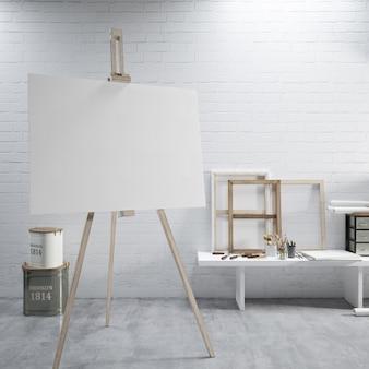 Białe płótno na sztaludze w pokoju sztuki