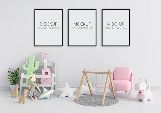 Białe wnętrze pokoju dziecięcego z makietą ramki