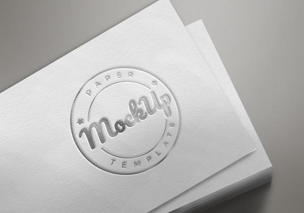 Biały papier z wytłoczonym logo makiety