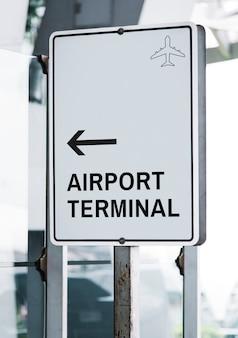 Biały ruch drogowy szyldowy mockup przy lotniskiem