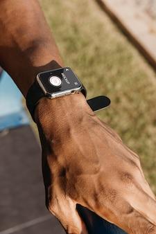 Biegacz ubrany w makiety smartwatcha