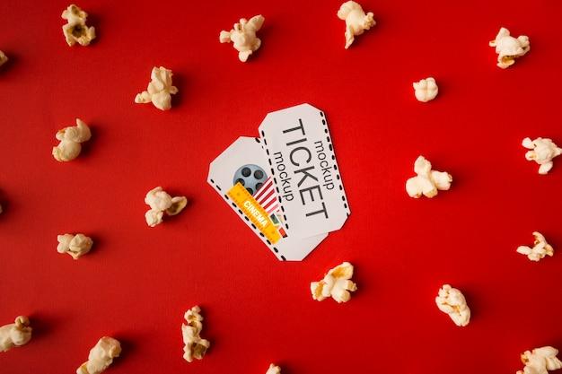 Bilety do kina w otoczeniu popcornu