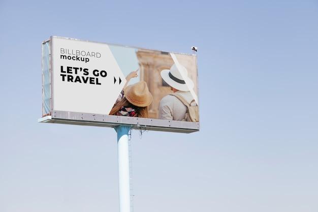 Billboardu mockup na niebieskiego nieba tle