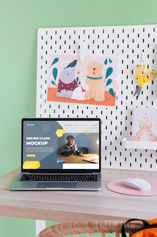 Biurka dla dzieci z makietą martwej natury