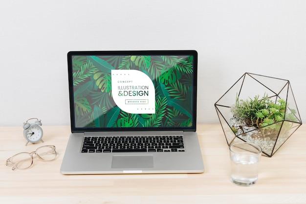 Biurka pojęcie z laptopem i wodnym szkłem