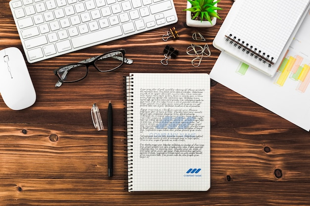 Biurko biznesowe z notebookiem