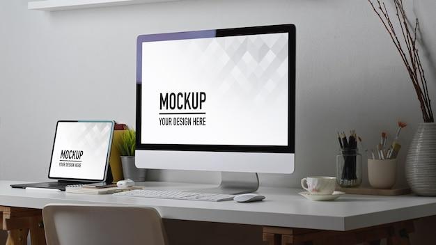 Biurko domowe z komputerem, tabletem, makietą materiałów eksploatacyjnych i dekoracją